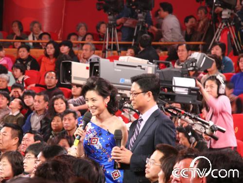 两位主持人在观众席