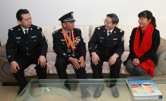 1月12日至13日,公安部党委书记、部长郭声琨在云南调研公安工作。图为郭声琨看望二级英模、德宏州芒市公安局治安大队副大队长靳保忠。