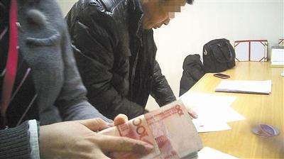 1月5日,由中介公司找来的京籍女子裴莉和购房者许昌赫签订协议,而后闪婚,裴莉当日得2万元好处费,帮助许昌赫取得在京购房资质。