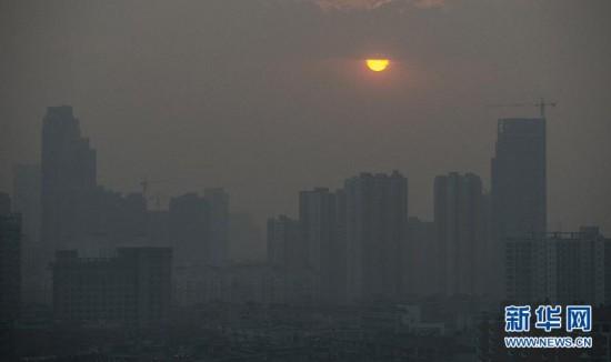 (晚报)雾霾中的落日