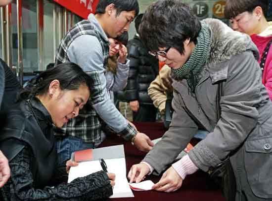 倪萍被热心读者感动数度落泪 新书签售得姥姥级粉丝到场支持