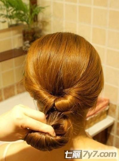 简单步骤易学显气质  步骤一:首先将头发扎成一个