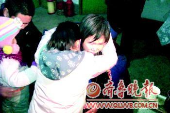 刘淑萍(右)与丈夫、女儿、儿子一家团聚。