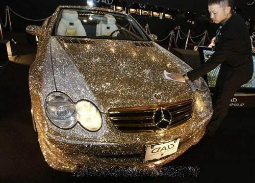 由30万颗施华洛世奇水晶装饰的梅赛德斯-奔驰SL600轿车