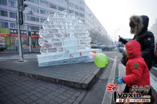 乌鲁木齐一路口冰雕莫名倾斜 市民担心伤着人