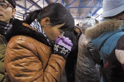昨日,北京西站北广场,一名女士正在等候进站。实习生 王飞 摄
