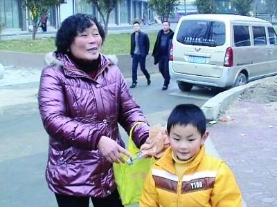 6岁男孩捡到近7000元现金等候失主不成交警察