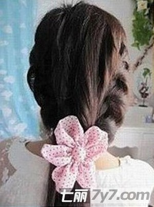 甜蜜慵懒发型扎法步骤 diy简单韩式街头发型