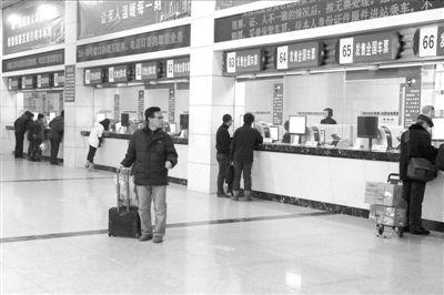 昨天,北京站二号售票厅内前来买票的人寥寥无几。本报记者徐晓帆摄