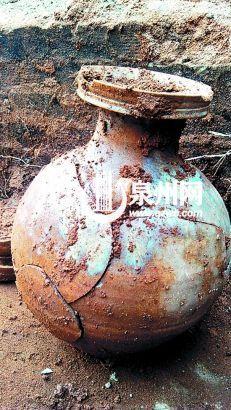 古墓甬道出土的盘口壶