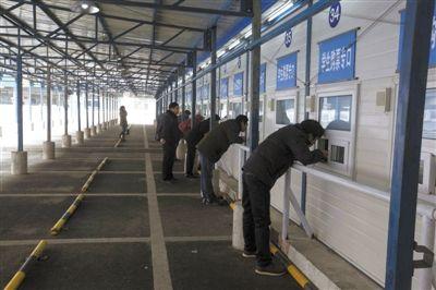 昨日,北京西站临时售票点,人比前两天要少很多,基本无票,大部分是前来询问的人。 实习生 王飞 摄