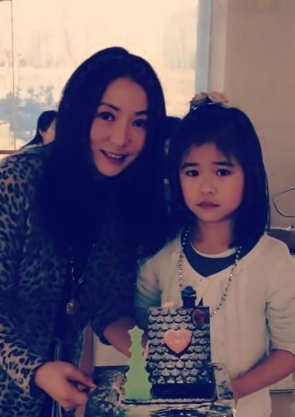 刘亦菲 程琳/日前一组歌手程琳七岁养女可儿的照片在网上曝光。