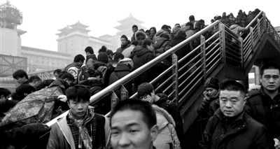 23日,北京西站北广场前的天桥上,大批旅客进站候车。实习生