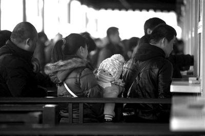20日,北京西站,购票者天不亮就赶来排队。实习生