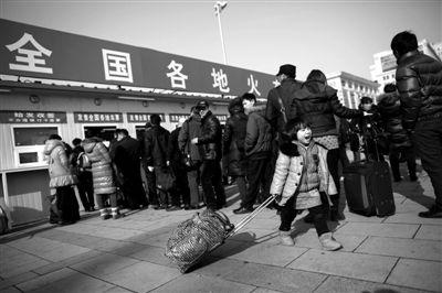 22日,北京火车站,前来购票的旅客在临时售票窗口前排队。新京报记者