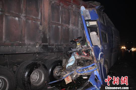 赵波 标志/事故现场一片狼藉,货车车体已严重损毁。赵波摄