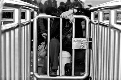 23日,北京西站,旅客在候车室候车。实习生