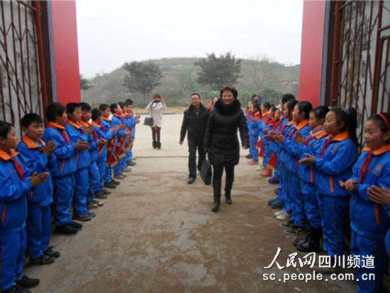 1月16日,四川省内江市东兴区爱国小学学生夹道欢迎领导。(网友供图)