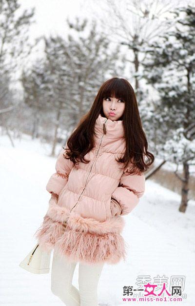 浅粉色羽绒服搭配白色打底裤