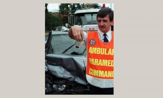 伍德/新南威尔士州的斯普林伍德,一名护理人员向记者展示装在小瓶中...