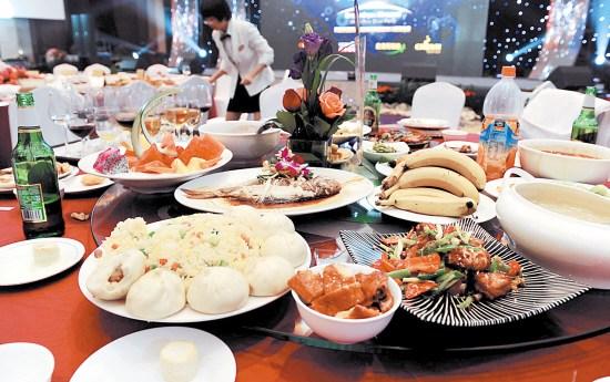 4000元一桌的饭菜吃剩一半服务员叹太可惜(图)