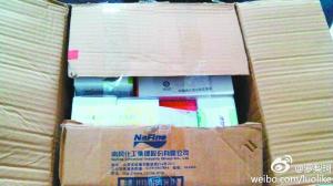 这就是快递员送错的箱子,里面装着10台手机。