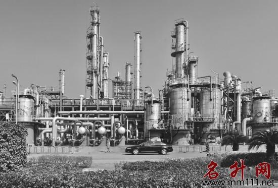 茂名石化乙烯裂解车间。 丘立贺 摄   茂名石化化工分部全面深化精细管理,健全全员优化机制,强化全过程优化职责,强化全方位优化分析,强化全天候优化检查,规范开展群众性工艺操作优化,大力抓好节能降耗工作。2012年生产乙烯110.139万吨,双烯收率47.74%、高附收率60.54%,创出历史新高水平,乙烯装置能耗533.
