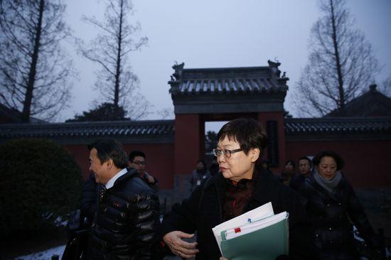 """1月22日,""""2013年两岸故宫交流记者会""""之后,台北故宫院长冯明珠走出北京故宫的会场。"""