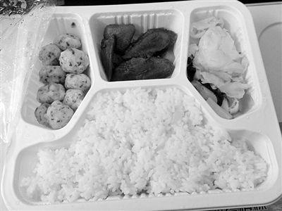 1月31日,D334列车上销售的15元套餐。新京报记者 王瑞峰 摄
