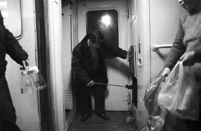 L417列车人员正在烧热水。新京报记者 薛�B 摄