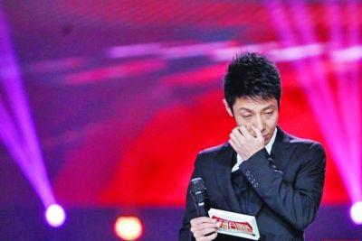 撒贝宁在舞台上数次擦拭眼泪。