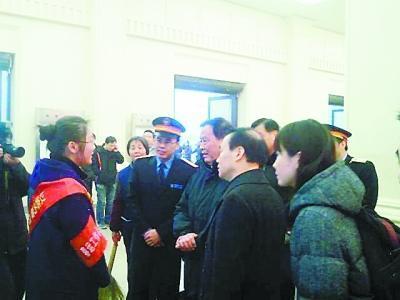 工作人员向铁道部部长盛光祖介绍春运情况。
