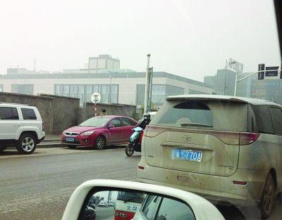 这种就没事:尽管车很脏,但牌照清晰可见。