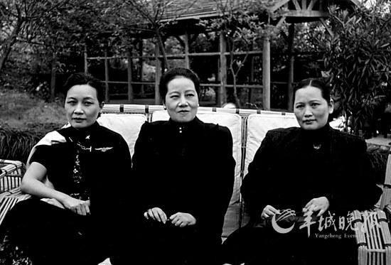 宋氏三姐妹在应重庆中央广播电台及国际广播电台的邀请发表演说时的合影