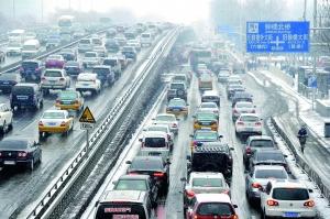 昨日中午,受降雪和春节临近的双重影响,北二环出现车流高峰。晨报记者 王巍/摄