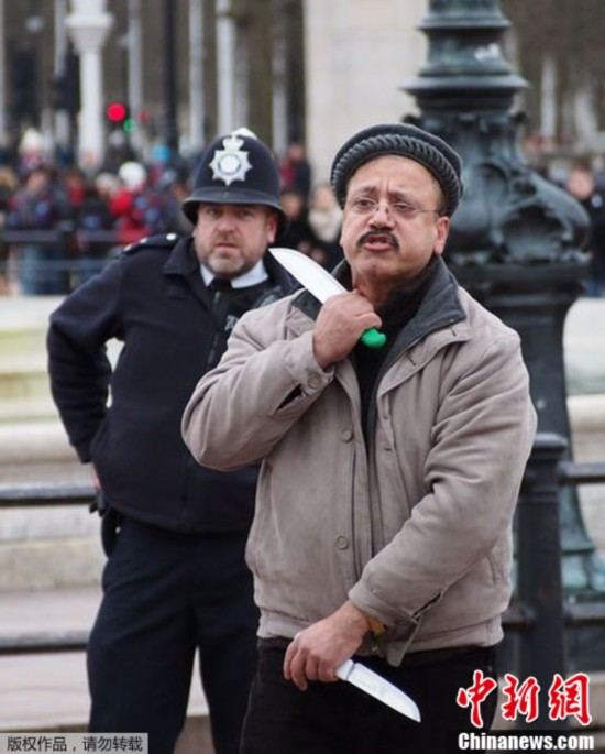 英国男子白金汉宫前挥双刀自残 被警察制伏
