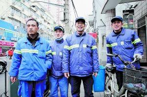昨日,夏咸雷、鲁敬波、鲁正玉、姜荣权(从左至右)四名环卫工人,他们为老人在垃圾里找回现金。早报记者 张栋 图