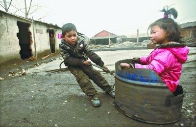 这个用来制作煤球的铁桶,是他们的玩具车。