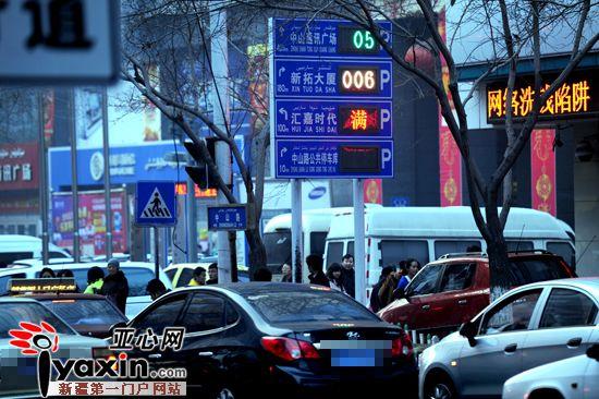 春节临近 新疆乌鲁木齐市区商超周边停车场一位难求