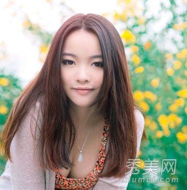 气质女生发型  奶茶色染发十分纯美动人,瘦脸的中分直发,搭碎花裙子和图片