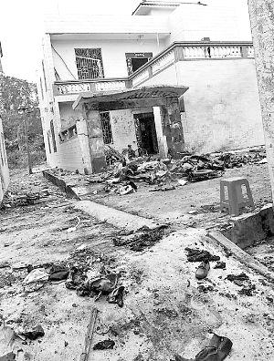 爆炸现场布满车辆残骸,楼房被震裂。