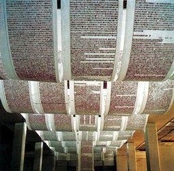 木头上,排列成活字印刷板,最终印在长幅的布单或纸张上,成文成