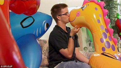 """马克和他最心爱的恐龙充气玩具""""莉拉"""""""