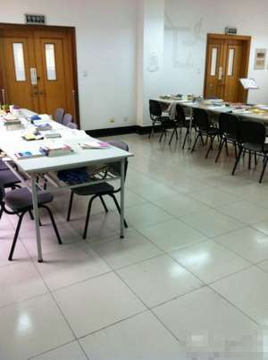 南京审计学院图书馆内学生用书占座。