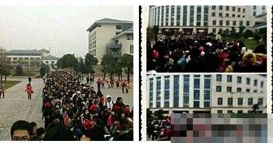 南京审计学院的学生白天在图书馆外排队占座。