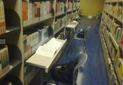 南京审计学院图书馆内学生用书包占座。