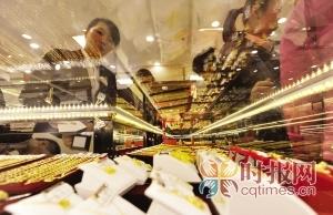 江北区观音桥,市民正在选购黄金