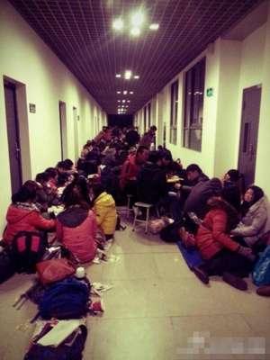 南京审计学院数百学生提前到校,睡走廊等着抢考研教室座位。