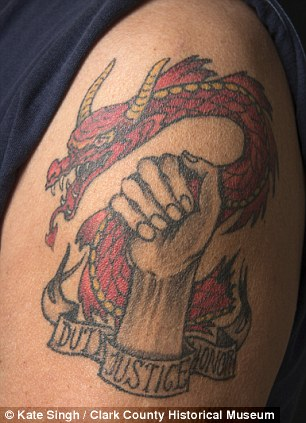 拥有独一无二纹身的退伍军人近日分享了自己令人心痛的故事.