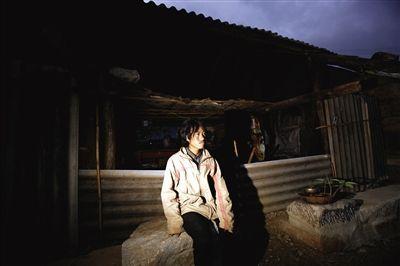 马头坡村,王少华的土房简陋得甚至没有门窗。17岁的王少华担心自己没法出去打工挣钱而娶不到媳妇。